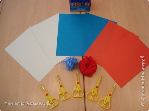 В честь Дня России мы решили с воспитанниками нашей группы ( 4 - 6 лет) сделать закладки для книг, взяв за основу три цвета нашего флага. фото 2