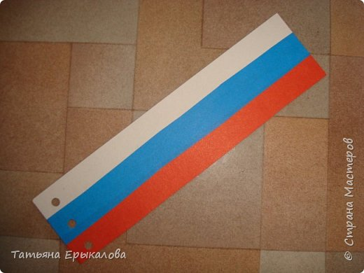 В честь Дня России мы решили с воспитанниками нашей группы ( 4 - 6 лет) сделать закладки для книг, взяв за основу три цвета нашего флага. фото 3
