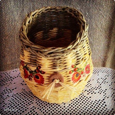 Сплела для сына, он у меня самый главный ценитель моих плетушек. Попросил в народном стиле, вазочка-вышиванка ему понравилась. Украшена декупажем и кофейно-коричной пуговицей с рафией. Корично-кофейная паста для лепки есть в моем блоге, это авторский рецепт http://oblacco.com/post260072524/ Здесь я сделала скос, чтобы букетик сухоцветов или искусственной лаванды как будто вываливался. В вазочке отлично помещается пол литровая банка, поэтому живые цветы так же могут уютно здесь разместиться. фото 1