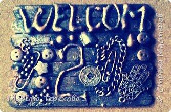 Добрый день,дорогие мастерицы,любители АТС!как давно я не садилась за карточки,прям соскучилась!!!По предложению Оксаны ,https://stranamasterov.ru/node/926330?tid=1743  осваивать новые техники в АТС,не могла пройти мимо!  Вот такие номерочки  у меня получились! Основа палочки от мороженого.надпись Welcom и номерок сделаны горячим пистолетом.пуговки,разный хламик...На каждой карточке присутствует ключик и милая подвесочка))карточки покрыты акриловой краской,сверху бронза,серебро,медь,золото. Карточки с косячком)))в школе изучала французский,поэтому надпись с ошибкой:-) так сказать эксклюзив:-)  Если кому то мешает ошибка,то попробую переделать. фото 5