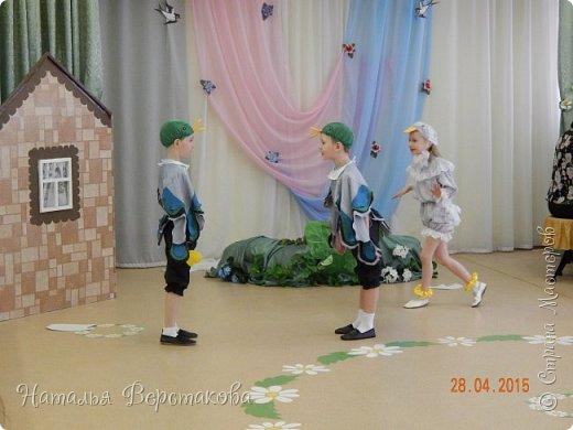 """В мае мы в садике ставили мюзикл """"Гадкий утёнок"""". Костюмы придумывали сами, я шила. Утка с утятами... фото 7"""