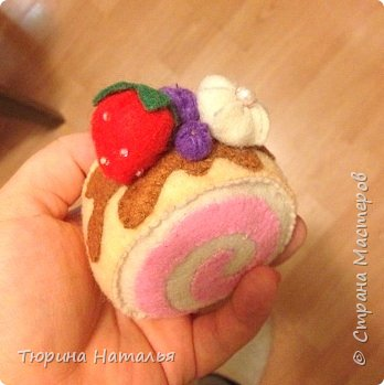 И снова здравствуйте))) !!!! Делала я как-то игрушки для кухни моей крестнице, вкусняшки-пирожные из фетра. Вот , что вышло)))
