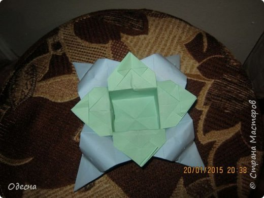 Коробочка делалась по обичной схеме коробки в форме сердечка, но с небольшими изменениями в дальнейшем оформлении. Получилась двойная коробочка . фото 1