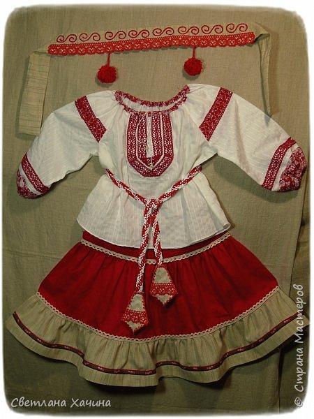 """Добрый день, умницы-красавицы-рукодельницы. Делюсь своей новой """"заморочкой"""". Заказали мне сшить девчушкам казачьи костюмчики. Я подумала, что уж здесь проблем не возникнет. Наивная.... Начать с того, что как оказалось в интернете не слишком много информации по казачьим костюмам, а уж наряд кубанских казачек найти просто не возможно. В лучшем случае фотографии кубанского хора. Но шить копию взрослого костюма для малышек мне совсем не хотелось. Вижу я такие на маленьких девочках. Атласные блузки с басками на девчушках смотрятся """"клюквой"""", а этого мне совсем не хотелось. Ткани решила использовать только натуральные- лён, хлопок. И нужно было что-бы смотрелось это празднично и нарядно. Девочки в храм будут ходить в этих нарядах. Показываю свой результат. фото 2"""