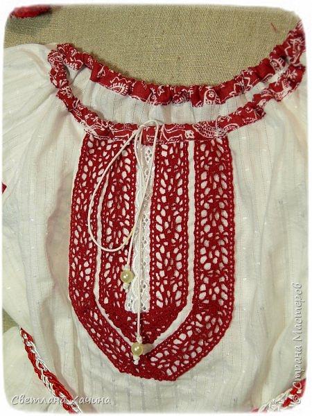 """Добрый день, умницы-красавицы-рукодельницы. Делюсь своей новой """"заморочкой"""". Заказали мне сшить девчушкам казачьи костюмчики. Я подумала, что уж здесь проблем не возникнет. Наивная.... Начать с того, что как оказалось в интернете не слишком много информации по казачьим костюмам, а уж наряд кубанских казачек найти просто не возможно. В лучшем случае фотографии кубанского хора. Но шить копию взрослого костюма для малышек мне совсем не хотелось. Вижу я такие на маленьких девочках. Атласные блузки с басками на девчушках смотрятся """"клюквой"""", а этого мне совсем не хотелось. Ткани решила использовать только натуральные- лён, хлопок. И нужно было что-бы смотрелось это празднично и нарядно. Девочки в храм будут ходить в этих нарядах. Показываю свой результат. фото 3"""