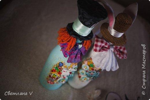 Я сегодня с необычным свадебным набором, сделанным на свадьбу моей сестры)) Когда мне сказали, в какой стилистике будет свадьба, я слегка озадачилась: как сделать, чтобы было и в тему, и на общем фото неплохо смотрелось Поэтому было решено, что бокалы, шкатулку, замочек и свечи сделать в классическом виде, а на остальном оторваться))) связующим был выбран мятный цвет, который присутствует в обеих половинах)) На первом фото - свадебные бутылки, которые мне самой очень нравятся)) фото 8