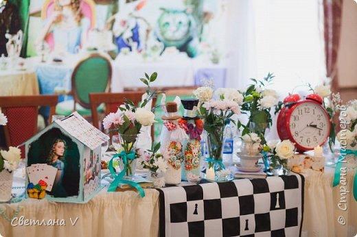 Я сегодня с необычным свадебным набором, сделанным на свадьбу моей сестры)) Когда мне сказали, в какой стилистике будет свадьба, я слегка озадачилась: как сделать, чтобы было и в тему, и на общем фото неплохо смотрелось Поэтому было решено, что бокалы, шкатулку, замочек и свечи сделать в классическом виде, а на остальном оторваться))) связующим был выбран мятный цвет, который присутствует в обеих половинах)) На первом фото - свадебные бутылки, которые мне самой очень нравятся)) фото 27