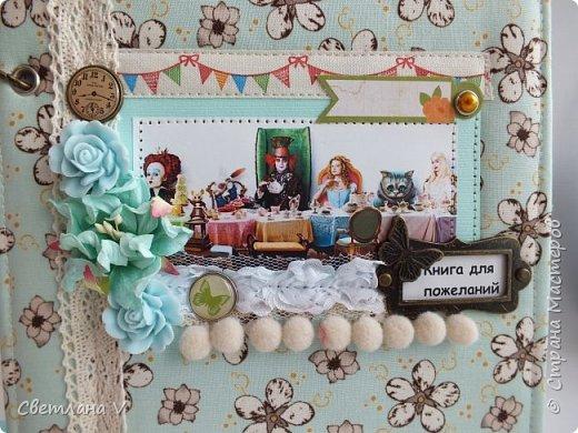 Я сегодня с необычным свадебным набором, сделанным на свадьбу моей сестры)) Когда мне сказали, в какой стилистике будет свадьба, я слегка озадачилась: как сделать, чтобы было и в тему, и на общем фото неплохо смотрелось Поэтому было решено, что бокалы, шкатулку, замочек и свечи сделать в классическом виде, а на остальном оторваться))) связующим был выбран мятный цвет, который присутствует в обеих половинах)) На первом фото - свадебные бутылки, которые мне самой очень нравятся)) фото 17