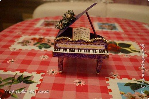 Моя первая объёмная открытка. Делала в подарок на Новый Год дочкиному преподавателю по фортепиано.