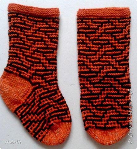 Доброго всем времени суток. Представляю носочки и рукавички связанные в технике жаккард. Рукавички связаны спицами 2,25 нитки шерсть 300м/100г фото 20