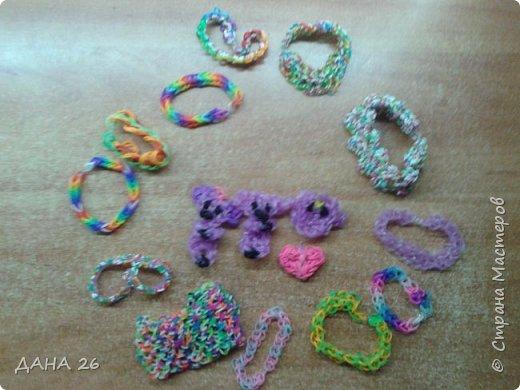 Всем привет.В этой записи я покажу браслеты из резинок Loom Bands,которые сейчас в моде.Их плетет моя дочь.