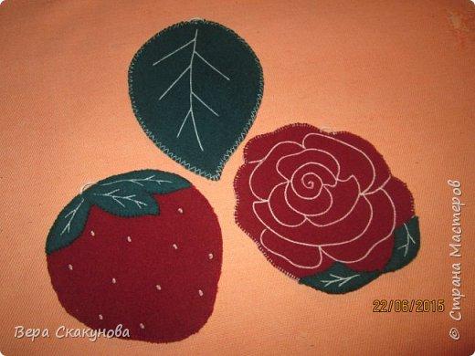 В оформлении прихваток используем аппликацию, ручную и машинную вышивку. Мне всегда интересен творческий подход и простота в оформлении изделий. В набор входит 3 прихватки: розочка, листочек и ягодка, они очень удобны в быту!