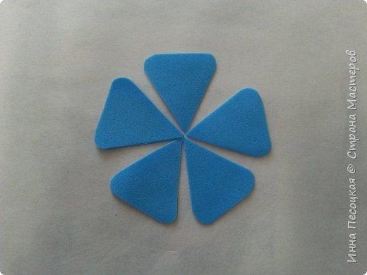 Лён - символ семьи, домашнего очага. Казалось бы обычный цветок, небольшого размера. Но когда он цветет, поле его голубых цветов называют «голубое небо». Мой МК посвящен изготовлению цветка льна из фоамирана.  фото 6