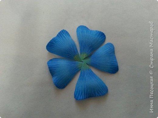 Лён - символ семьи, домашнего очага. Казалось бы обычный цветок, небольшого размера. Но когда он цветет, поле его голубых цветов называют «голубое небо». Мой МК посвящен изготовлению цветка льна из фоамирана.  фото 10