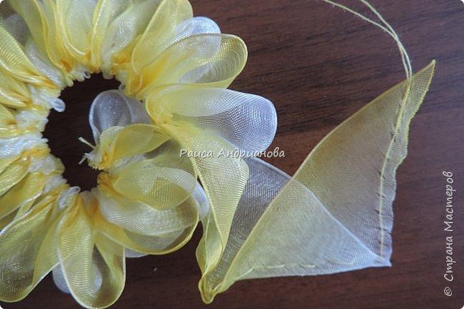 понадобится: органза(ширина 4см) двух цветов для цветка и листьев, атласная лента(ширина 1см) зеленого цвета для чашелистиков и стебля, атласная лента(ширина 0,3см) двух цветов для сердцевины цветка, ткань или канва, нитки. фото 6
