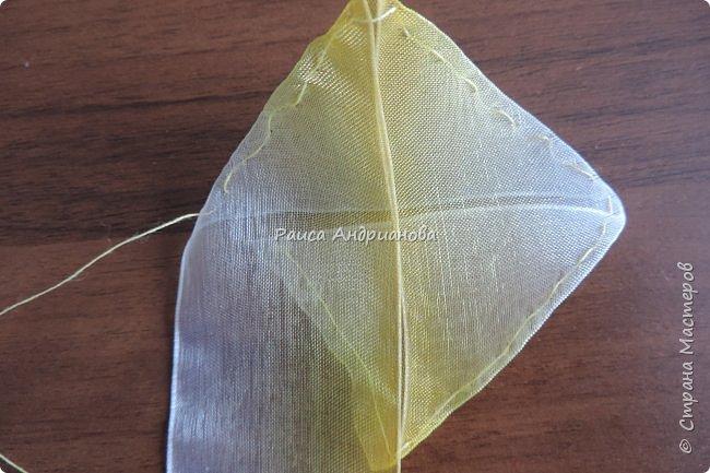 понадобится: органза(ширина 4см) двух цветов для цветка и листьев, атласная лента(ширина 1см) зеленого цвета для чашелистиков и стебля, атласная лента(ширина 0,3см) двух цветов для сердцевины цветка, ткань или канва, нитки. фото 5