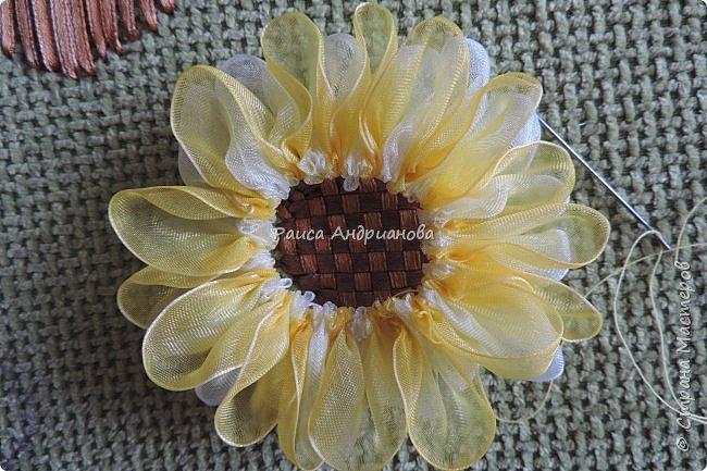 понадобится: органза(ширина 4см) двух цветов для цветка и листьев, атласная лента(ширина 1см) зеленого цвета для чашелистиков и стебля, атласная лента(ширина 0,3см) двух цветов для сердцевины цветка, ткань или канва, нитки. фото 8