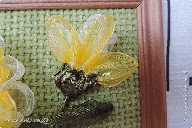 понадобится: органза(ширина 4см) двух цветов для цветка и листьев, атласная лента(ширина 1см) зеленого цвета для чашелистиков и стебля, атласная лента(ширина 0,3см) двух цветов для сердцевины цветка, ткань или канва, нитки. фото 12