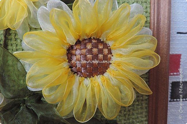 понадобится: органза(ширина 4см) двух цветов для цветка и листьев, атласная лента(ширина 1см) зеленого цвета для чашелистиков и стебля, атласная лента(ширина 0,3см) двух цветов для сердцевины цветка, ткань или канва, нитки. фото 10
