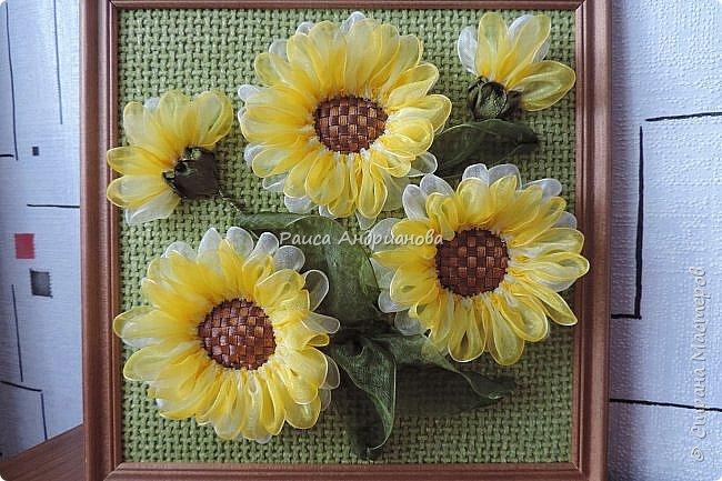 понадобится: органза(ширина 4см) двух цветов для цветка и листьев, атласная лента(ширина 1см) зеленого цвета для чашелистиков и стебля, атласная лента(ширина 0,3см) двух цветов для сердцевины цветка, ткань или канва, нитки. фото 1