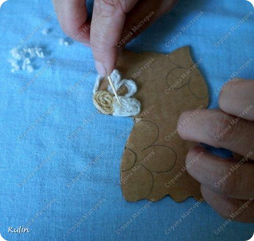 Ниткография – удивительное искусство, которое можно сравнить разве что с рисованием картин с той лишь разницей, что вместо красок здесь используются нитки. В отличие от многих других видов рукоделия, ниткография обрела популярность в нашей стране сравнительно недавно, на протяжении последних  лет, но уже успела стать довольно распространенным видом творчества. Как вид искусства ниткография была перенята у народа Уичоли, проживающего в западной и центральной Мексике и помимо нитяной мозаики занимающегося еще такими видами рукоделия, как ткачество, вышивка, кружевоплетение и бисероплетение. Картины Уичоли в технике ниткография в основном выполняются из шерстяной пряжи, носят этнический характер и имеют весьма своеобразный вид. Традиционно такие картины изготавливают на квадратной или круглой дощечке, в центре которой проделано отверстие. С обеих сторон дощечка покрывается смесью пчелиного воска и сосновой смолы, на которую и наклеиваются разноцветные шерстяные нити.  Ниткография позволяет развивать в ребенке образное мышление, а так же служит развитию моторики и креативному восприятию окружающего мира. Но это техника не только для детей,она так же подходит и нам,людям в определенном возрасте. Хороши занятия ниткографией для людей,перенесших инстульт и другие подобные заболевания. фото 18