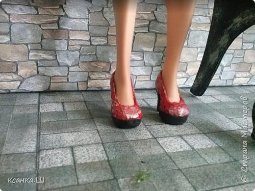 Доброго времени суток! Сегодня я не с пустыми руками. Будем лепить вот такие туфли из термоклея. Идея не моя, нашла описание процесса здесь http://doclo.ru/?p=622, хотя и это не первоисточник, решила попробовать. Получилось. Делюсь моим небольшим опытом с вами. Это мои вторые туфли, так что приступаем и учимся вместе. фото 19