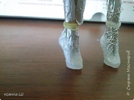 Доброго времени суток! Сегодня я не с пустыми руками. Будем лепить вот такие туфли из термоклея. Идея не моя, нашла описание процесса здесь http://doclo.ru/?p=622, хотя и это не первоисточник, решила попробовать. Получилось. Делюсь моим небольшим опытом с вами. Это мои вторые туфли, так что приступаем и учимся вместе. фото 6