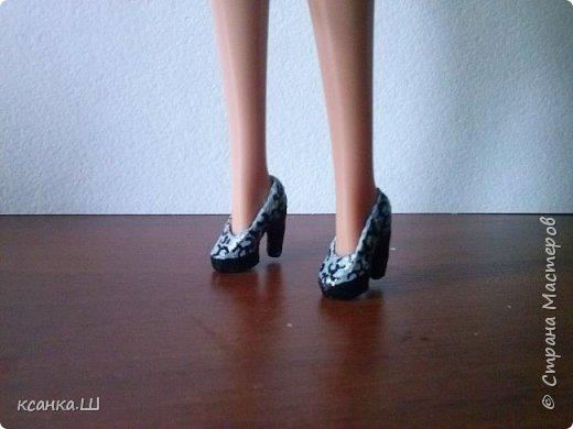 Доброго времени суток! Сегодня я не с пустыми руками. Будем лепить вот такие туфли из термоклея. Идея не моя, нашла описание процесса здесь http://doclo.ru/?p=622, хотя и это не первоисточник, решила попробовать. Получилось. Делюсь моим небольшим опытом с вами. Это мои вторые туфли, так что приступаем и учимся вместе. фото 1