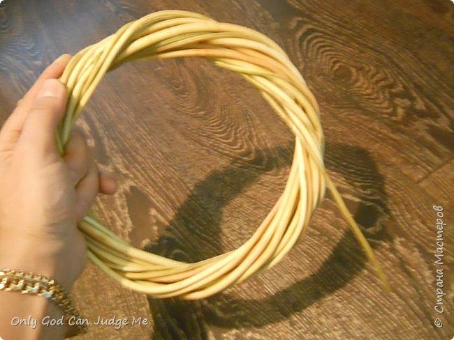 Добрый день, всем мастерам и гостям сайта! Вчера меня попросили поделиться МК по плетению интерьерных веночков. И, так как, сегодня я занималась именно их плетением, то и сделала небольшой МК. фото 21