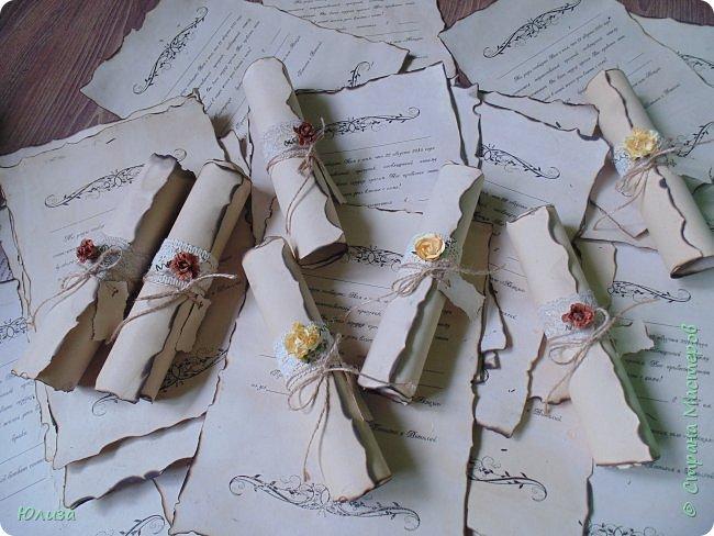 Любая свадьба начинается с пригласительных для ее гостей)Если вам вручили такой свиток, то знайте, что вы стали счастливым обладателем приглашения на замечательную свадьбу в винтажном стиле! Для создания свадебных приглашений использовала плотный картон,который состаривала с помощью заварного кофе , кружево ,шпагат,розы .Опаливала края бумаги,поэтому бумага имеет лёгкий аромат кофе и дыма) Пару вечеров(точнее ночей ) кропотливой работы и пригласительные были готовы! Свадьба «в стиле» — это всегда очень здорово, оригинально и необычно. А в особенности, если её красиво обыграть во всех мелочах и деталях.И мне ещё предстоит потрудиться,так как заказ ещё не окончен)  фото 1