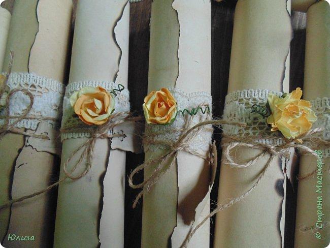 Любая свадьба начинается с пригласительных для ее гостей)Если вам вручили такой свиток, то знайте, что вы стали счастливым обладателем приглашения на замечательную свадьбу в винтажном стиле! Для создания свадебных приглашений использовала плотный картон,который состаривала с помощью заварного кофе , кружево ,шпагат,розы .Опаливала края бумаги,поэтому бумага имеет лёгкий аромат кофе и дыма) Пару вечеров(точнее ночей ) кропотливой работы и пригласительные были готовы! Свадьба «в стиле» — это всегда очень здорово, оригинально и необычно. А в особенности, если её красиво обыграть во всех мелочах и деталях.И мне ещё предстоит потрудиться,так как заказ ещё не окончен)  фото 5