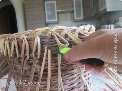 И снова, здравствуйте! Это мое  второе  кашпо. Здесь  я  училась  ситцевому  плетению : перед  2, за 1  и.т.д.. Это  плетение  мне очень понравилось. И я влюбилась в цвет  МОККО. Здесь  я  его не  разбавляла  водой. Получается  как  будто из настоящий  веточек. Попробую  разбавить, интересно, как  получится. фото 4