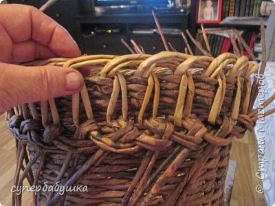 И снова, здравствуйте! Это мое  второе  кашпо. Здесь  я  училась  ситцевому  плетению : перед  2, за 1  и.т.д.. Это  плетение  мне очень понравилось. И я влюбилась в цвет  МОККО. Здесь  я  его не  разбавляла  водой. Получается  как  будто из настоящий  веточек. Попробую  разбавить, интересно, как  получится. фото 10