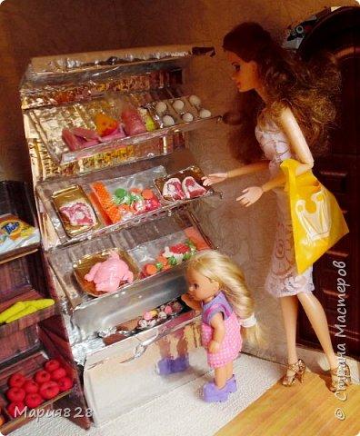Идея магазина для кукол зрела очень давно, в предыдущих записях я делала несколько мастер-классов как сделать витрину, кассу и вешалку. Изначально задумывался магазин одежды. Но за зиму мы с дочкой открыли для себя ЛЕПКУ ИЗ СОЛЕНОГО ТЕСТА и столько всякой еды налепили для куколок, что я решила сделать магазин, который можно превращать как в магазин одежды так и в магазин продуктов. Первым делом из большой коробки я сделала само помещение-комнату, в которой будет размещаться магазин. С большим окном-витриной слева и открывающейся дверью справа. Пол я оклеила распечатками с паркетом, а стены остатками обоев. Для витринного окошка отлично подошел кусок пластика от коробки с какой-то игрушкой. фото 5