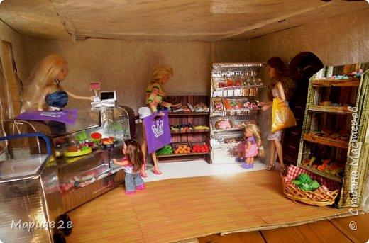 Идея магазина для кукол зрела очень давно, в предыдущих записях я делала несколько мастер-классов как сделать витрину, кассу и вешалку. Изначально задумывался магазин одежды. Но за зиму мы с дочкой открыли для себя ЛЕПКУ ИЗ СОЛЕНОГО ТЕСТА и столько всякой еды налепили для куколок, что я решила сделать магазин, который можно превращать как в магазин одежды так и в магазин продуктов. Первым делом из большой коробки я сделала само помещение-комнату, в которой будет размещаться магазин. С большим окном-витриной слева и открывающейся дверью справа. Пол я оклеила распечатками с паркетом, а стены остатками обоев. Для витринного окошка отлично подошел кусок пластика от коробки с какой-то игрушкой. фото 14