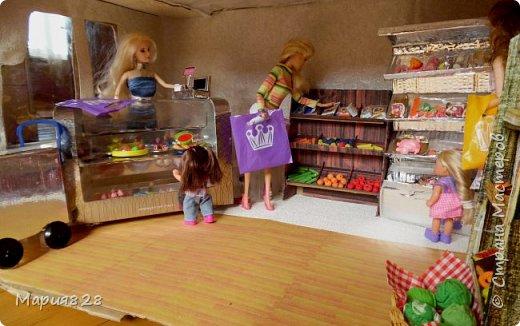 Идея магазина для кукол зрела очень давно, в предыдущих записях я делала несколько мастер-классов как сделать витрину, кассу и вешалку. Изначально задумывался магазин одежды. Но за зиму мы с дочкой открыли для себя ЛЕПКУ ИЗ СОЛЕНОГО ТЕСТА и столько всякой еды налепили для куколок, что я решила сделать магазин, который можно превращать как в магазин одежды так и в магазин продуктов. Первым делом из большой коробки я сделала само помещение-комнату, в которой будет размещаться магазин. С большим окном-витриной слева и открывающейся дверью справа. Пол я оклеила распечатками с паркетом, а стены остатками обоев. Для витринного окошка отлично подошел кусок пластика от коробки с какой-то игрушкой. фото 2