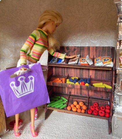 Идея магазина для кукол зрела очень давно, в предыдущих записях я делала несколько мастер-классов как сделать витрину, кассу и вешалку. Изначально задумывался магазин одежды. Но за зиму мы с дочкой открыли для себя ЛЕПКУ ИЗ СОЛЕНОГО ТЕСТА и столько всякой еды налепили для куколок, что я решила сделать магазин, который можно превращать как в магазин одежды так и в магазин продуктов. Первым делом из большой коробки я сделала само помещение-комнату, в которой будет размещаться магазин. С большим окном-витриной слева и открывающейся дверью справа. Пол я оклеила распечатками с паркетом, а стены остатками обоев. Для витринного окошка отлично подошел кусок пластика от коробки с какой-то игрушкой. фото 4