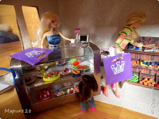 Идея магазина для кукол зрела очень давно, в предыдущих записях я делала несколько мастер-классов как сделать витрину, кассу и вешалку. Изначально задумывался магазин одежды. Но за зиму мы с дочкой открыли для себя ЛЕПКУ ИЗ СОЛЕНОГО ТЕСТА и столько всякой еды налепили для куколок, что я решила сделать магазин, который можно превращать как в магазин одежды так и в магазин продуктов. Первым делом из большой коробки я сделала само помещение-комнату, в которой будет размещаться магазин. С большим окном-витриной слева и открывающейся дверью справа. Пол я оклеила распечатками с паркетом, а стены остатками обоев. Для витринного окошка отлично подошел кусок пластика от коробки с какой-то игрушкой. фото 8