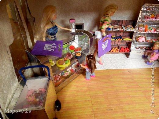 Идея магазина для кукол зрела очень давно, в предыдущих записях я делала несколько мастер-классов как сделать витрину, кассу и вешалку. Изначально задумывался магазин одежды. Но за зиму мы с дочкой открыли для себя ЛЕПКУ ИЗ СОЛЕНОГО ТЕСТА и столько всякой еды налепили для куколок, что я решила сделать магазин, который можно превращать как в магазин одежды так и в магазин продуктов. Первым делом из большой коробки я сделала само помещение-комнату, в которой будет размещаться магазин. С большим окном-витриной слева и открывающейся дверью справа. Пол я оклеила распечатками с паркетом, а стены остатками обоев. Для витринного окошка отлично подошел кусок пластика от коробки с какой-то игрушкой. фото 10