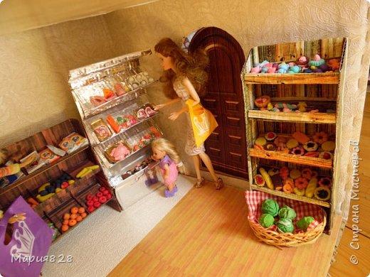 Идея магазина для кукол зрела очень давно, в предыдущих записях я делала несколько мастер-классов как сделать витрину, кассу и вешалку. Изначально задумывался магазин одежды. Но за зиму мы с дочкой открыли для себя ЛЕПКУ ИЗ СОЛЕНОГО ТЕСТА и столько всякой еды налепили для куколок, что я решила сделать магазин, который можно превращать как в магазин одежды так и в магазин продуктов. Первым делом из большой коробки я сделала само помещение-комнату, в которой будет размещаться магазин. С большим окном-витриной слева и открывающейся дверью справа. Пол я оклеила распечатками с паркетом, а стены остатками обоев. Для витринного окошка отлично подошел кусок пластика от коробки с какой-то игрушкой. фото 3