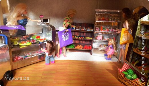 Идея магазина для кукол зрела очень давно, в предыдущих записях я делала несколько мастер-классов как сделать витрину, кассу и вешалку. Изначально задумывался магазин одежды. Но за зиму мы с дочкой открыли для себя ЛЕПКУ ИЗ СОЛЕНОГО ТЕСТА и столько всякой еды налепили для куколок, что я решила сделать магазин, который можно превращать как в магазин одежды так и в магазин продуктов. Первым делом из большой коробки я сделала само помещение-комнату, в которой будет размещаться магазин. С большим окном-витриной слева и открывающейся дверью справа. Пол я оклеила распечатками с паркетом, а стены остатками обоев. Для витринного окошка отлично подошел кусок пластика от коробки с какой-то игрушкой. фото 19