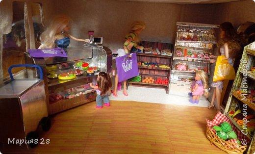 Идея магазина для кукол зрела очень давно, в предыдущих записях я делала несколько мастер-классов как сделать витрину, кассу и вешалку. Изначально задумывался магазин одежды. Но за зиму мы с дочкой открыли для себя ЛЕПКУ ИЗ СОЛЕНОГО ТЕСТА и столько всякой еды налепили для куколок, что я решила сделать магазин, который можно превращать как в магазин одежды так и в магазин продуктов. Первым делом из большой коробки я сделала само помещение-комнату, в которой будет размещаться магазин. С большим окном-витриной слева и открывающейся дверью справа. Пол я оклеила распечатками с паркетом, а стены остатками обоев. Для витринного окошка отлично подошел кусок пластика от коробки с какой-то игрушкой. фото 9