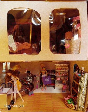 Идея магазина для кукол зрела очень давно, в предыдущих записях я делала несколько мастер-классов как сделать витрину, кассу и вешалку. Изначально задумывался магазин одежды. Но за зиму мы с дочкой открыли для себя ЛЕПКУ ИЗ СОЛЕНОГО ТЕСТА и столько всякой еды налепили для куколок, что я решила сделать магазин, который можно превращать как в магазин одежды так и в магазин продуктов. Первым делом из большой коробки я сделала само помещение-комнату, в которой будет размещаться магазин. С большим окном-витриной слева и открывающейся дверью справа. Пол я оклеила распечатками с паркетом, а стены остатками обоев. Для витринного окошка отлично подошел кусок пластика от коробки с какой-то игрушкой. фото 17