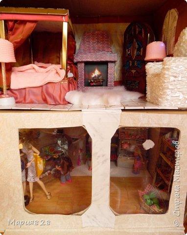 Идея магазина для кукол зрела очень давно, в предыдущих записях я делала несколько мастер-классов как сделать витрину, кассу и вешалку. Изначально задумывался магазин одежды. Но за зиму мы с дочкой открыли для себя ЛЕПКУ ИЗ СОЛЕНОГО ТЕСТА и столько всякой еды налепили для куколок, что я решила сделать магазин, который можно превращать как в магазин одежды так и в магазин продуктов. Первым делом из большой коробки я сделала само помещение-комнату, в которой будет размещаться магазин. С большим окном-витриной слева и открывающейся дверью справа. Пол я оклеила распечатками с паркетом, а стены остатками обоев. Для витринного окошка отлично подошел кусок пластика от коробки с какой-то игрушкой. фото 18