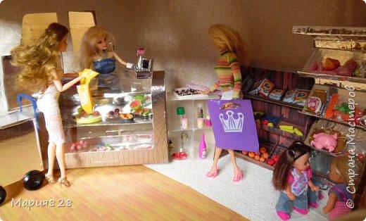 Идея магазина для кукол зрела очень давно, в предыдущих записях я делала несколько мастер-классов как сделать витрину, кассу и вешалку. Изначально задумывался магазин одежды. Но за зиму мы с дочкой открыли для себя ЛЕПКУ ИЗ СОЛЕНОГО ТЕСТА и столько всякой еды налепили для куколок, что я решила сделать магазин, который можно превращать как в магазин одежды так и в магазин продуктов. Первым делом из большой коробки я сделала само помещение-комнату, в которой будет размещаться магазин. С большим окном-витриной слева и открывающейся дверью справа. Пол я оклеила распечатками с паркетом, а стены остатками обоев. Для витринного окошка отлично подошел кусок пластика от коробки с какой-то игрушкой. фото 15