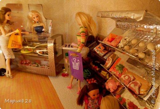 Идея магазина для кукол зрела очень давно, в предыдущих записях я делала несколько мастер-классов как сделать витрину, кассу и вешалку. Изначально задумывался магазин одежды. Но за зиму мы с дочкой открыли для себя ЛЕПКУ ИЗ СОЛЕНОГО ТЕСТА и столько всякой еды налепили для куколок, что я решила сделать магазин, который можно превращать как в магазин одежды так и в магазин продуктов. Первым делом из большой коробки я сделала само помещение-комнату, в которой будет размещаться магазин. С большим окном-витриной слева и открывающейся дверью справа. Пол я оклеила распечатками с паркетом, а стены остатками обоев. Для витринного окошка отлично подошел кусок пластика от коробки с какой-то игрушкой. фото 13