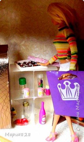 Идея магазина для кукол зрела очень давно, в предыдущих записях я делала несколько мастер-классов как сделать витрину, кассу и вешалку. Изначально задумывался магазин одежды. Но за зиму мы с дочкой открыли для себя ЛЕПКУ ИЗ СОЛЕНОГО ТЕСТА и столько всякой еды налепили для куколок, что я решила сделать магазин, который можно превращать как в магазин одежды так и в магазин продуктов. Первым делом из большой коробки я сделала само помещение-комнату, в которой будет размещаться магазин. С большим окном-витриной слева и открывающейся дверью справа. Пол я оклеила распечатками с паркетом, а стены остатками обоев. Для витринного окошка отлично подошел кусок пластика от коробки с какой-то игрушкой. фото 7
