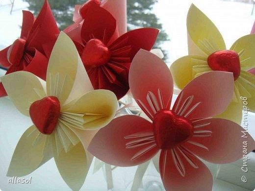 Эксперимент с цветочками - добавила конфетку. Понравилось! МК по цветочкам https://stranamasterov.ru/node/95830 Первый ряд делала из зеленой бумаги. фото 8