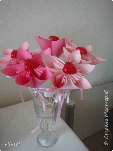 Эксперимент с цветочками - добавила конфетку. Понравилось! МК по цветочкам https://stranamasterov.ru/node/95830 Первый ряд делала из зеленой бумаги. фото 6