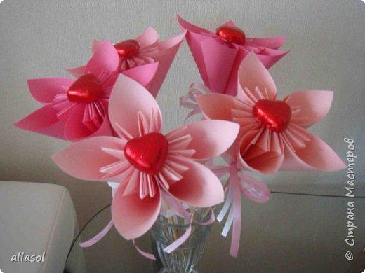 Эксперимент с цветочками - добавила конфетку. Понравилось! МК по цветочкам https://stranamasterov.ru/node/95830 Первый ряд делала из зеленой бумаги. фото 7